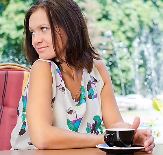 Frau trinkt Tee gegen Hitze
