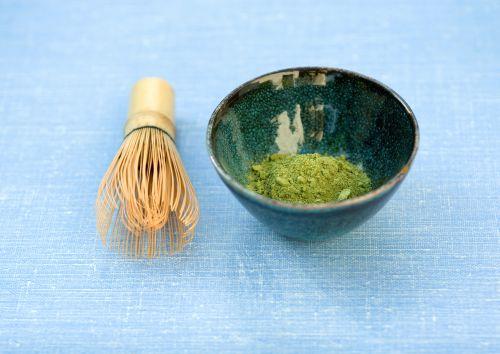 Bei der traditionellen Zubereitung wird der Matcha Tee mit einem Chasen geschlagen